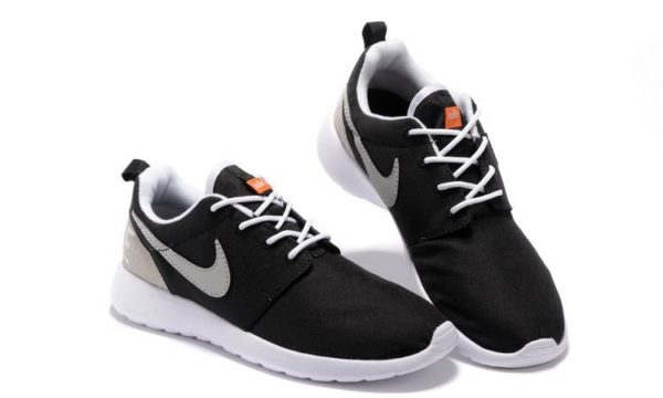 820200-001-nike-roshe-one-retro-blackwhite_0003