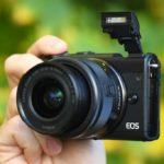 Canon EOS M100 Systemkamera mit 15-45mm Objektiv & Stativ