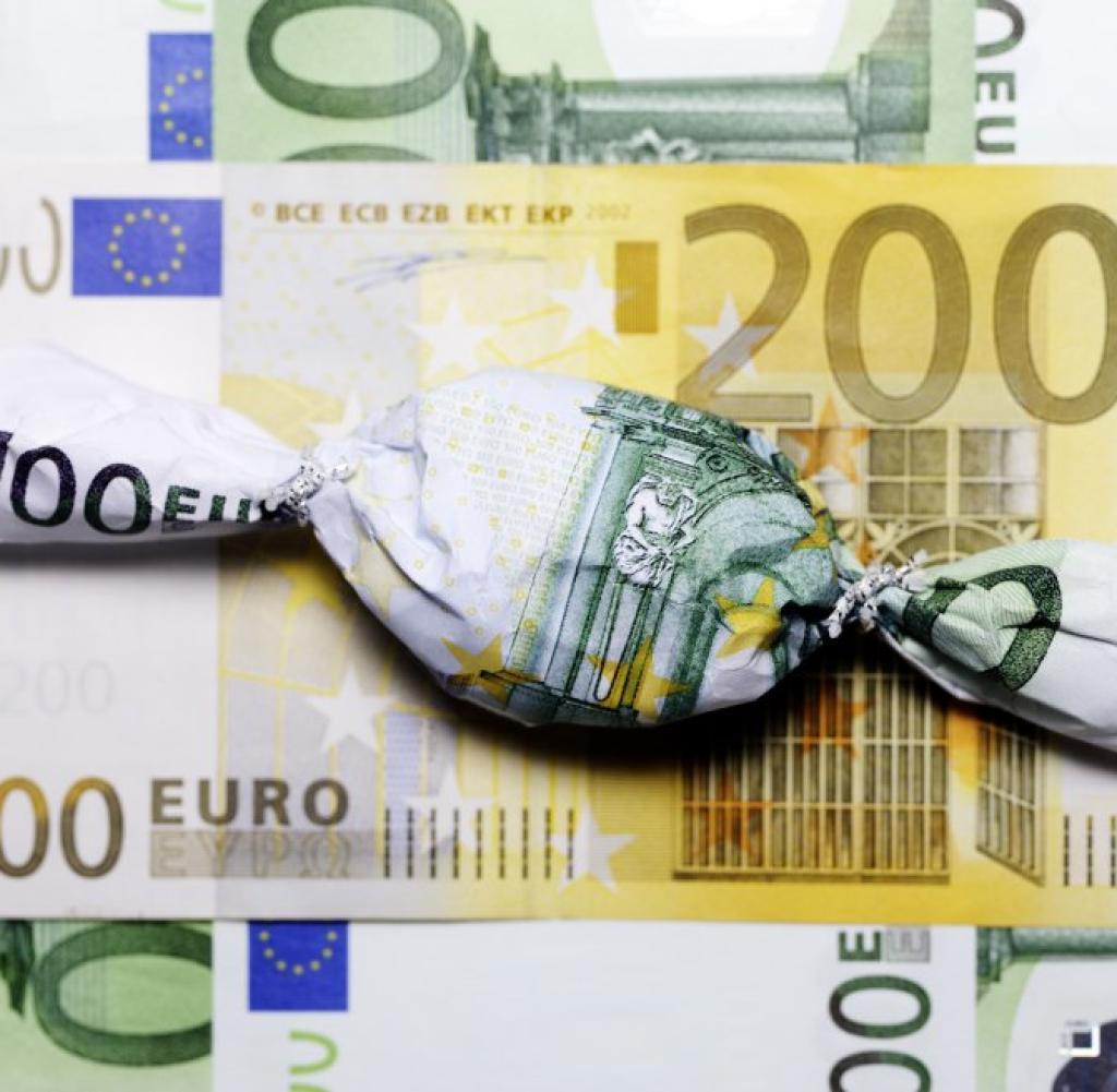 Bonbon in Hundert Euro Schein eingewicke