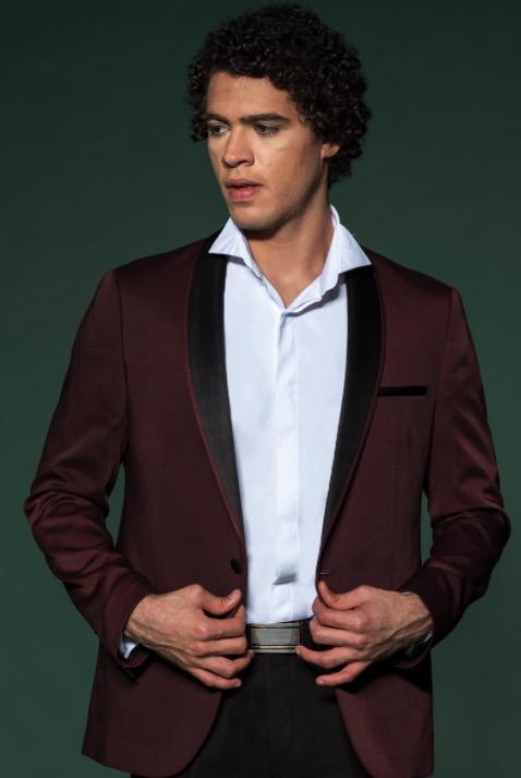 Bordeauxfarbener Anzug mit schwarzem Schalkragen