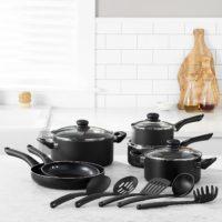 Das 15-teilige Kochgeschirr-Set mit Antihaftbeschichtung beinhaltet: Bratpfanne (20 cm), Bratpfanne (25 cm), Kochtopf mit Deckel (1,4 l), Kochtopf mit Deckel (2,12 l), Auflaufform mit Deckel (2,83 l), Auflaufform mit Deckel (4,73 l) und ein 5-teiliges Set bestehend aus Spaghettiheber, Suppenkelle, geschlitztem Pfannenwender, Servierlöffel und geschlitztem Servierlöffel