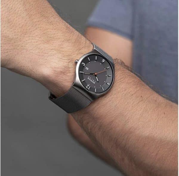 Die Uhr aus der Slim Solar Collection hat eine umweltfreundliche und unendlich verfügbare Energiequelle: Licht. Die minimalistische Uhr wird durch ein flaches und sehr kratzfestes Saphirglas geschützt Das glanzvolle Gehäuse wird aus reinem und hochwertigem Edelstahl (316l) in der Farbe Grau gefertigt Das moderne Milaneseband in der Farbe Grau ist 203mm lang und 24mm breit Die Uhr ist bis zu 5 ATM / 50 Meter wasserdicht und geschützt gegen Spritzwasser. Sie kann beim Duschen und beim kurzen Schwimmen, aber nicht zum Schnorcheln oder Tauchen getragen werden