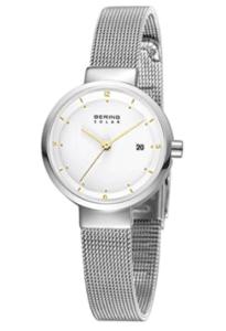 Die Uhr aus der Slim Solar Collection hat eine umweltfreundliche und unendlich verfügbare Energiequelle: Licht. Die minimalistische Uhr wird durch ein flaches und sehr kratzfestes Saphirglas geschützt Das glanzvolle Gehäuse wird aus reinem und hochwertigem Edelstahl (316l) in der Farbe Silber gefertigt Das moderne Milaneseband in der Farbe Silber ist 190mm lang und 10mm breit Die Uhr ist bis zu 5 ATM / 50 Meter wasserdicht und geschützt gegen Spritzwasser. Sie kann beim Duschen und beim kurzen Schwimmen, aber nicht zum Schnorcheln oder Tauchen getragen werden