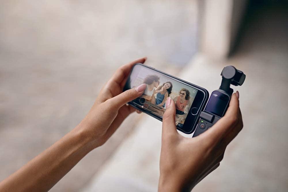 GIMBAL UND KAMERA Osmo Pocket ermöglicht eine verlustfreie Stabilisierung auf drei Achsen. Mit ihm lassen sich Videos in 4K mit bis zu 60 fps 100 Mbit/s aufnehmen. INTELLIGENTE FEATURES Osmo Pocket ist klein, bietet jedoch ausreichend Platz für intelligente Features: Panorama, Bewegte Zeitraffer, FaceTrack, ActiveTrack, NightShot, FPV-Modus uvm. UNIVERSALSCHNITSTELLE Durch seine Universalschnittstelle ermöglicht Osmo Pocket noch mehr Spielraum für kreative Möglichkeiten. Ganz einfach kann er mit dem Smartphone oder kreativem Zubehör verbunden werden. KOMPAKT UND ROBUST Osmo Pocket wiegt nur 116 Gramm, wodurch er in jede Tasche passt. Besonders angenehm ist sein handlicher Griff, durch den er gut und stabil in der Hand liegt - mühelos können so Aufnahmen gemacht werden. Zudem hat er eine rutsch- und schweißfeste Beschichtung.