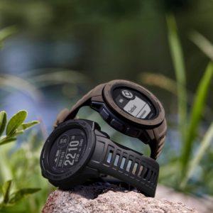 Taktische Funktionen: Verbergen Sie mithilfe des Stealth-Modes Ihre GPS-Position, nutzen Sie taktische Aktivitätsprofile und reduzieren Sie die Hintergrundbeleuchtung für die Bedienung von Nachtsichtbrillen. Zusätzlich: projizierte Wegpunkte, eine Datenseite mit dualen GPS-Koordinaten und Jumpmaster Funktionen Robust nach Militärstandard: Egal was Sie vorhaben, die Instinct Tactical hält es aus. Ihre Temperatur-, Stoß- und Wasserfestigkeit erfüllt den US-Militärstandard 810G. Das Display ist chemisch verstärkt und kratzfest. Die kontrastreiche Anzeige ist selbst bei starkem Sonnenlicht sehr gut ablesbar. Perfekt für jedes Abenteuer Perfekte Orientierung und Navigation: An welche Orte es Sie auch zieht: Kompass, Barometer und Höhenmesser sorgen für eine präzise Orientierung. Mit GPS, Galileo und GLONASS stehen Ihnen gleich 3 Satellitensysteme zur Positionsbestimmung und Track-Navigation zur Verfügung Für jede Sportart geeignet: Legen Sie direkt los! Zahlreiche Sport- & Outdoor Profile sind auf der Instinct Tactical bereits vorinstalliert. Darunter Radfahren, Laufen, Berg- und Skisport, Schwimmen, Krafttraining u.v.m. Mit Fitness-Tracking und Herzfrequenzmessung am Handgelenk für ein Training ohne Brustgurt Smarte Funktionen – lange Akkulaufzeit: Erhalten Sie von Ihrem Smartphone Benachrichtigungen zu Mails, Anrufen, etc. – direkt auf Ihre Instinct. Bis zu 14 Tage Akkulaufzeit im Smartwatch-Modus, bei Satelliten-Nutzung 16 Std. und im UltraTrac-Modus 40 Std