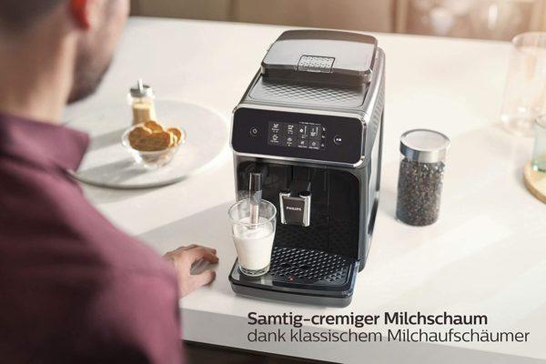 Mit dem Philips Kaffeevollautomaten EP2220/10 mit klasssischem Milchaufschäumer genießen sie zwei leckere Kaffeespezialitäten (Espresso, Kaffee) aus frischen Bohnen auf Tastendruck Samtig-cremiger Milchschaum dank klassischem Milchaufschäumer Passen Sie die Aromastärke und die Menge über die intuitive Benutzeroberfläche an Bis zu 5.000 Tassen ohne Entkalken bei regelmäßigem Filterwechsel dank der patentierten AquaClean Technologie 20.000 Tassen langanhaltende Leistung dank Scheibenmahlwerk aus 100 Prozent Keramik