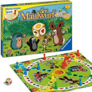 Spieleklassiker für die Kleinen: Mit dem Maulwurf und seinen Freunden um die Wette laufen. Der bunte Symbolwürfel zeigt den Weg Ein Spiel, bei dem die ganze Familie Spaß hat: Wer als erster mit allen Spielfiguren das Ziel erreicht, nimmt den Sieg mit nach Hause. Spieldauer ca. 15-20 Minuten 2-4 Spieler können durch die einfachen und verständlichen Spielregeln direkt loslegen. Außerdem können sie individuell vereinbart und dem Alter des Kindes angepasst werden. Das Spiel beinhaltet einen Holzwürfel mit leicht erkennbaren Symbolen Würfelglück ab 3 Jahren – eine tolle Beschäftigung für die ganze Familie, aber auch jede Menge Spielspaß in reinen Kinderrunden. Das ideale Geschenk zum Geburtstag oder Weihnachten Dieses Spiel sollte in keiner familienfreundlichen Spielesammlung fehlen: Ein hochwertiges Spielbrett mit schönem Design trägt zum Spielspaß bei. Das Spiel eignet sich sehr gut dafür, Kindern ein erstes Regelverständnis zu vermitteln