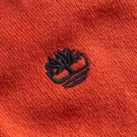 Marke: Timberland Material: 100% Baumwolle (aus biologischem Anbau) Markenlogo auf der linken Brust gestickt gerippter V-Ausschnitt Langarm elastischer, gerippter Armabschluss und Saum elastisches Material bequeme Passform angenehmer Tragekomfort NEU, mit Etikett & OVP
