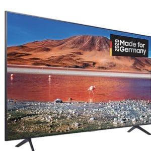 Innerhalb des wachsenden Marktangebots an Ultra-HD-Fernsehern mit gigantischen Dimensionen ist dieses Modell eines der technologisch aktuellsten. Unter Berücksichtigung dieser Tatsache sowie der Güte des Panels in Edge-LED-Bauweise - mit einem Diagonalenmaß von 189 Zentimetern - dürfen Sie die ausgerufenen Handelspreise als sehr moderat bewerten. Zwar fehlen dafür einige Luxus-Features, beispielsweise USB-Recording oder eine doppelte TV-Tuner-Infrastruktur. Und den Sprachsteuerungs-Optionen der übersichtlich gestalteten SmartTV-Software, verfügbar via Bixby und angedockter Amazon-Alexa-Hardware, sind etwas engere Funktionsgrenzen gesetzt. Doch das Entscheidende, die Qualität der visuellen Wiedergabe, ist vorzüglich. Auch dank der zackigen Signalverarbeitung, welche Kompatibilitäten mit den Hochkontrast-Standards HLG, HDR10 und dynamischem HDR10+ offeriert. Allerdings müssen Sie für die nur als Provisorium ausgelegte Soundausgabe dringend externe Erweiterungen einplanen.