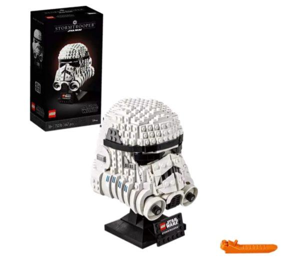 """Stell den finsteren Look eines Star Wars™ Stormtrooper Helms aus LEGO® Steinen mit diesem Sammlerobjekt, Baumodell und Schaustück nach. Erfasse die legendäre Form und die authentischen Details des Helms mit den LEGO Elementen und den Grafiken zum Aufkleben. Für diese Aufgabe ist das Können eines kampferprobten Sturmtrupplers erforderlich, um das Werk dann zu Hause, im Büro oder an jedem anderen Ort der Galaxie zu präsentieren.  Star Wars™ Fans können ihre Loyalität zum Imperium und ihr herausragendes Können als LEGO® Baumeister unter Beweis stellen, indem sie diese faszinierend detailreiche Nachbildung eines Sturmtruppler-Helms bauen und präsentieren. Die legendäre Form und die authentischen Details eines Sturmtruppler-Helms lassen sich wunderbar mit LEGO® Steinen und Grafiken zum Aufkleben nachbilden. Wird er als Schaustück auf dem Sockel mit Namensschild präsentiert, werden Erinnerungen an spannende Actionszenen aus dem Star Wars™ Film wach. Dieser Helm gehört zu einer LEGO® Star Wars™ Sammlerserie mit Baumodellen und Schaustücken, zu der auch die Sets """"Boba Fett™ Helm"""" (75277) und """"D-O™"""" (75278) gehören. Dieser 647-teilige Modellbausatz eines Star Wars™ Charakters ist ein tolles Geburtstags-, Weihnachts- oder Überraschungsgeschenk für Fans ab 18 Jahren und bietet erfahrenen LEGO® Baumeistern ein lohnendes Bauerlebnis. Das LEGO® Star Wars™ Bauset und Sammlerstück """"Stormtrooper™ Helm"""" ist 18 cm hoch, 13 cm breit und 14 cm tief. Mit diesen Abmessungen macht es besonders großen Eindruck als Schaustück im Büro oder in den eigenen vier Wänden. Dieses batterielose Bauset für Erwachsene bietet ein ebenso fesselndes wie entspannendes Bauerlebnis, das jeden Stress vergessen lässt. Beim Bauen des megastarken LEGO® Star Wars™ Modells """"Stormtrooper™ Helm"""" lässt sich wunderbar entspannen und die innere Ruhe finden! Ist das Set auch für einen begeisterten Star Wars Fan gedacht, der noch keine LEGO® Sets sein Eigen nennt? Kein Problem. Dem Set liegt eine Schritt-für-Schritt-Baua"""