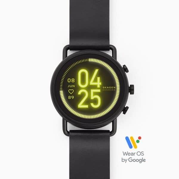 Wir präsentieren die aktuelle Version unserer beliebtesten Smartwatch. Die Falster 3 Smartwatch wird mit Wear OS by Google™ betrieben, hat einen interaktiven Touchscreen in einem wasserdichten Gehäuse und eine Reihe smarter Features wie: Pulstracking, Google Assistant, Smartphone Benachrichtigungen, Aktivitätstracking, Google Pay, GPS und mehr. Mit Google Assistant am Handgelenk kann man viele Dinge unterwegs erledigen. Man fragt etwas und hört Antworten und akustische Signale über den Lautsprecher der Uhr. Zeit- oder funktionsbasierte Displayeinstellungen bieten schnellen Zugriff auf oft verwendete Funktionen und Drittanbieter-Apps können über den Google Play Store heruntergeladen werden. Durch das akkuschonende Displaydesign beträgt die Akkulaufzeit nach einem kompletten Ladevorgang bis zu 24 Stunden*. Das Band kann man selbst wechseln, um der Uhr einen individuellen Look zu verleihen. Das Induktionsladegerät ist im Lieferumfang enthalten.