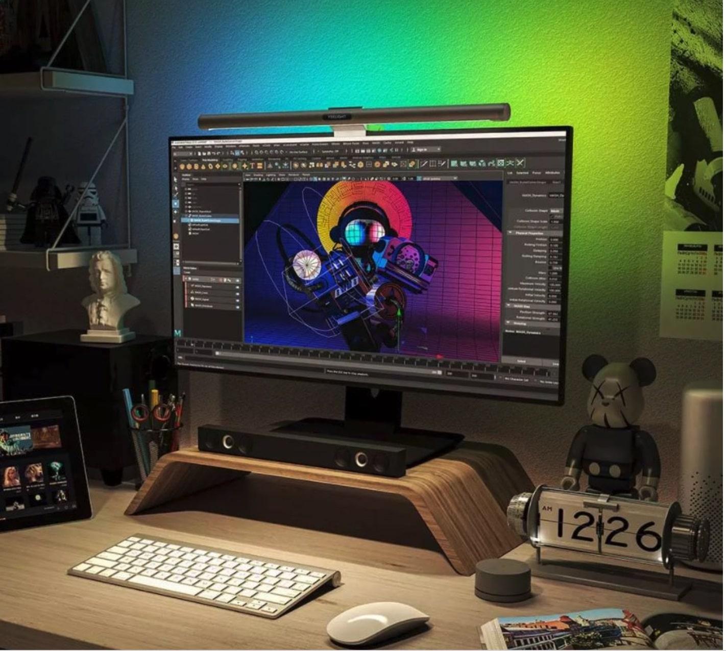 Die besondere Eigenschaft der Lampe besteht darin, dass die 80 LEDs an der Vorderseite mit weißem Licht den Arbeitsplatz beleuchten und die hinteren 40 LEDs für eine farbige, indirekte Beleuchtung sorgen. Beim vorderen Monitorlicht lässt sich Helligkeit und Farbtemperatur einstellen und bei dem Atmosphärenlicht kann man zusätzlich die Farbe des Lichts ändern. Die Einstellungen lassen sich alle in der App vornehmen. Die Screenbar lässt sich um 25 Grad neigen, achtet darauf, dass kein Licht auf euren Monitor oder in eure Augen scheint.