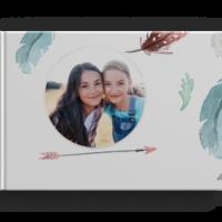 Dein Fotobuch im A4 Format hat genau die richtige Größe, um in nostalgischen Erinnerungen zu schwelgen. Der hochwertige Digitaldruck und die brillianten Farben geben deinem Fotobuch das gewisse Etwas. Ausgestattet mit einem stabilen Hardcover Einband sind deine Erinnerungen für die Ewigkeit konserviert! Du hast die Wahl aus einem Buch mit inkl. 24 Seiten, 96 Seiten oder sogar 200 Seiten. Hoch- oder Querformat Hochwertiger Digitaldruck Stabiler Hardcover Einband