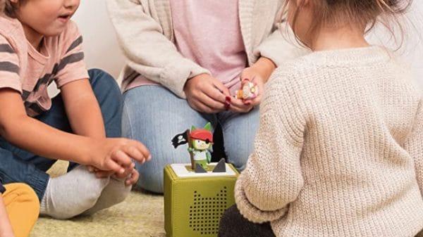 Kids mit Tonie Box und Figur