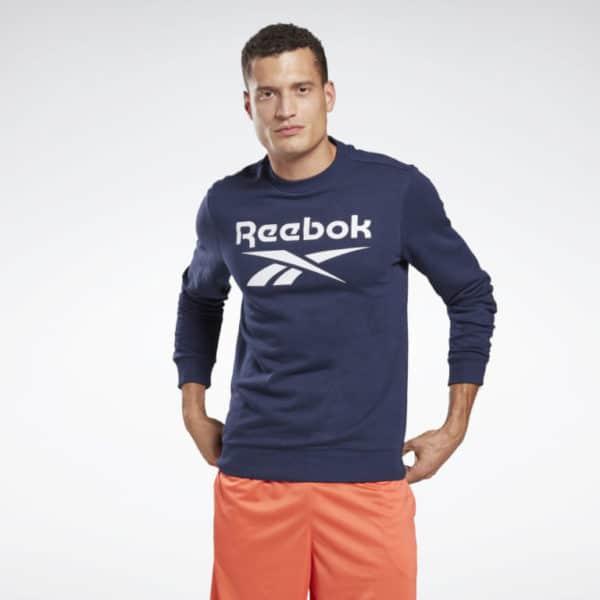Rocke Reebok Style, auch wenn du gerade nicht im Fitnessstudio bist. Dieses Rundhals-Sweatshirt für Männer mit extragroßem Logo und Vektor auf der Brust ist ein Klassiker mit modernem Look. Das weiche French-Terry-Material sorgt den ganzen Tag für hohen Tragekomfort.