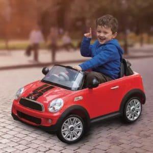 Das Rollplay Mini Cooper Roadster-Aufsitzfahrzeug bietet stilechten Fahrspaß! Im Lieferumfang enthalten sind eine wiederaufladbare 6-Volt-Batterie und ein Ladegerät. Das Coupé verfügt über funktionierende LED-Scheinwerfer und realistische Soundeffekte. Die kleinen Fahrer werden den authentischen Look des Mini Cooper Roadster lieben. Durch die transparente Premium-Windschutzscheibe haben sie immer die beste Aussicht bei ihren Fahrten im Haus oder Garten. Eine Fernbedienung für die Eltern sorgt für zusätzliche Sicherheit.